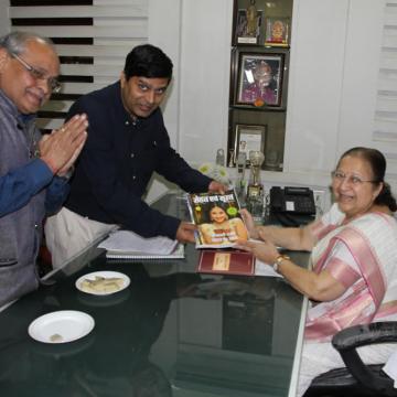 Dr Dwivedi Presenting Sehat Evam Surat Magazine to Smt. Sumitra Mahajan (Speaker Lok Sabha)